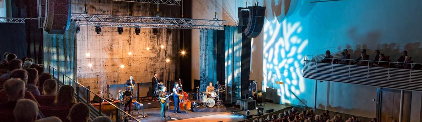 Theater cultuurcentrum voorzien van licht, geluid en projectie