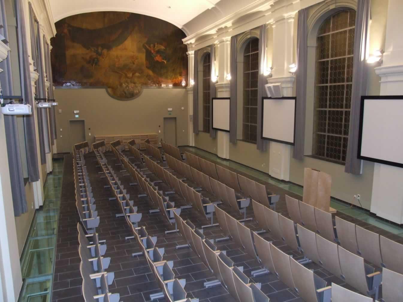 Congresruimte met simultane projectie, geluidsinstallatie en centrale bediening