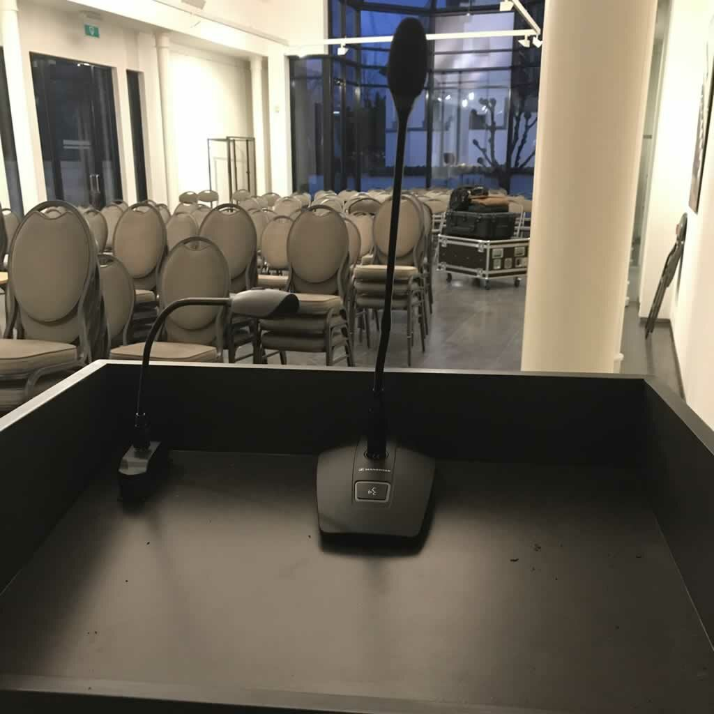 Spreekgestoelte met draadloze zwanenhalsmicrofoon voor digitale gemeenteraad en OCMW-raad