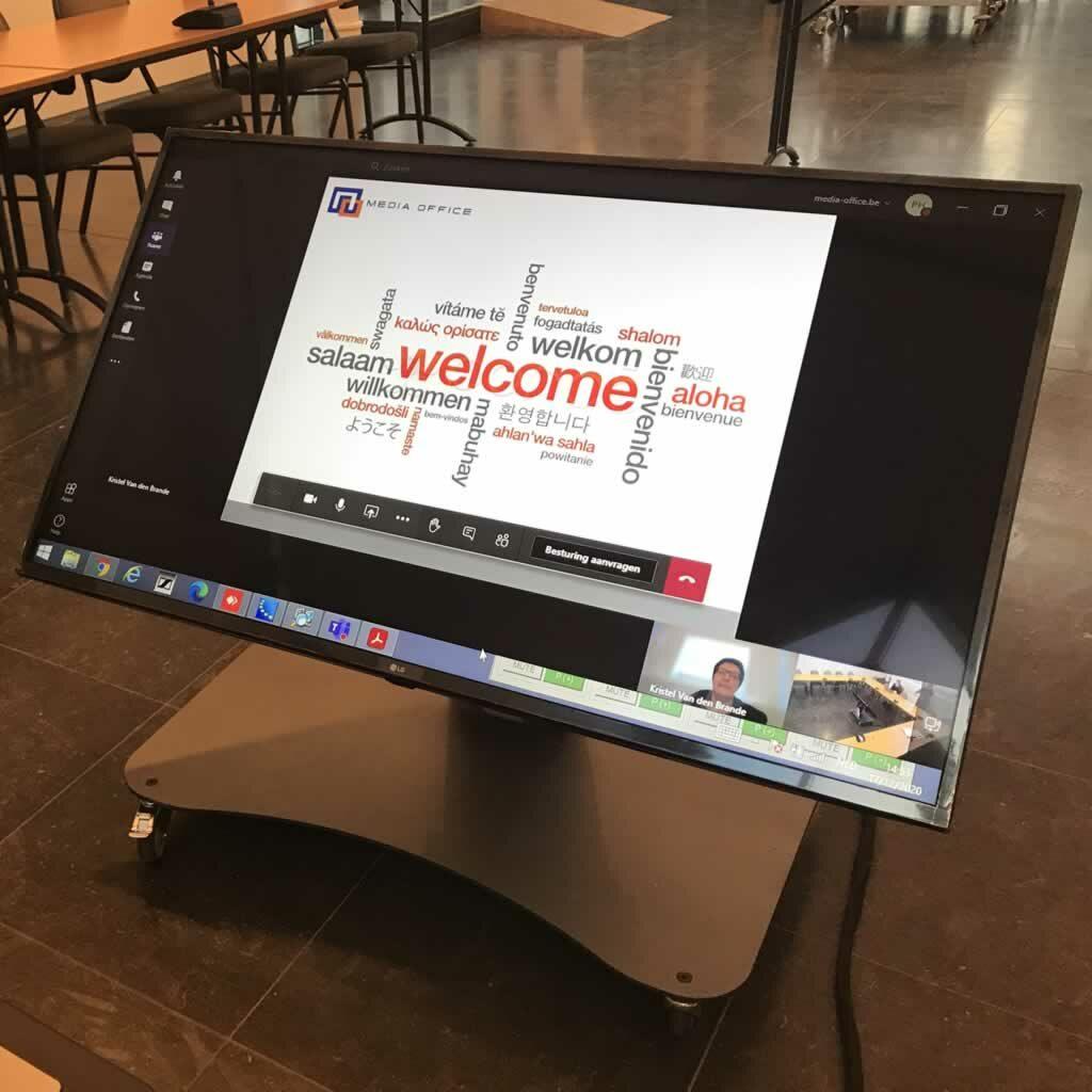 Digitale gemeenteraad met herhaalscherm voor presentator