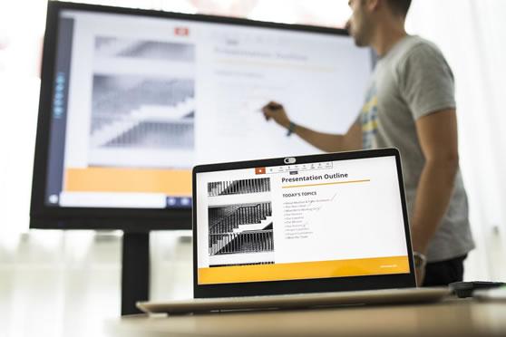 Draadloos verbinding maken vanuit een laptop naar het touch display.