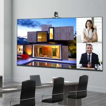 Extra groot presentatiescherm met videoconferentiecamera in boardroom