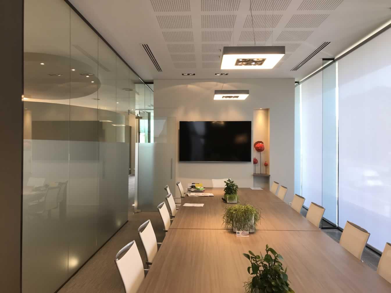 """Grote presentatie-TV (82"""") en draadloos presentatiesysteem in moderne vergaderzaal"""
