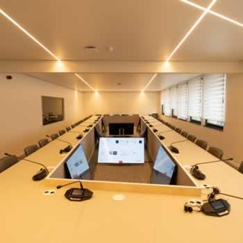 Een herhaalscherm (repeater monitor) is de ideale oplossing in lange smalle vergaderruimtes.