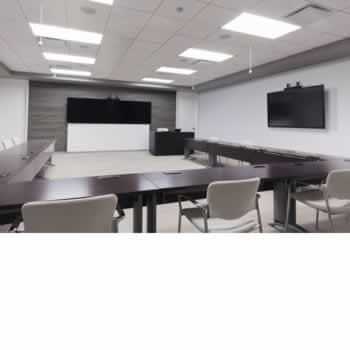 Hybride trainingsruimte met een camer-volg-systeem voor trainer en deelnemers.