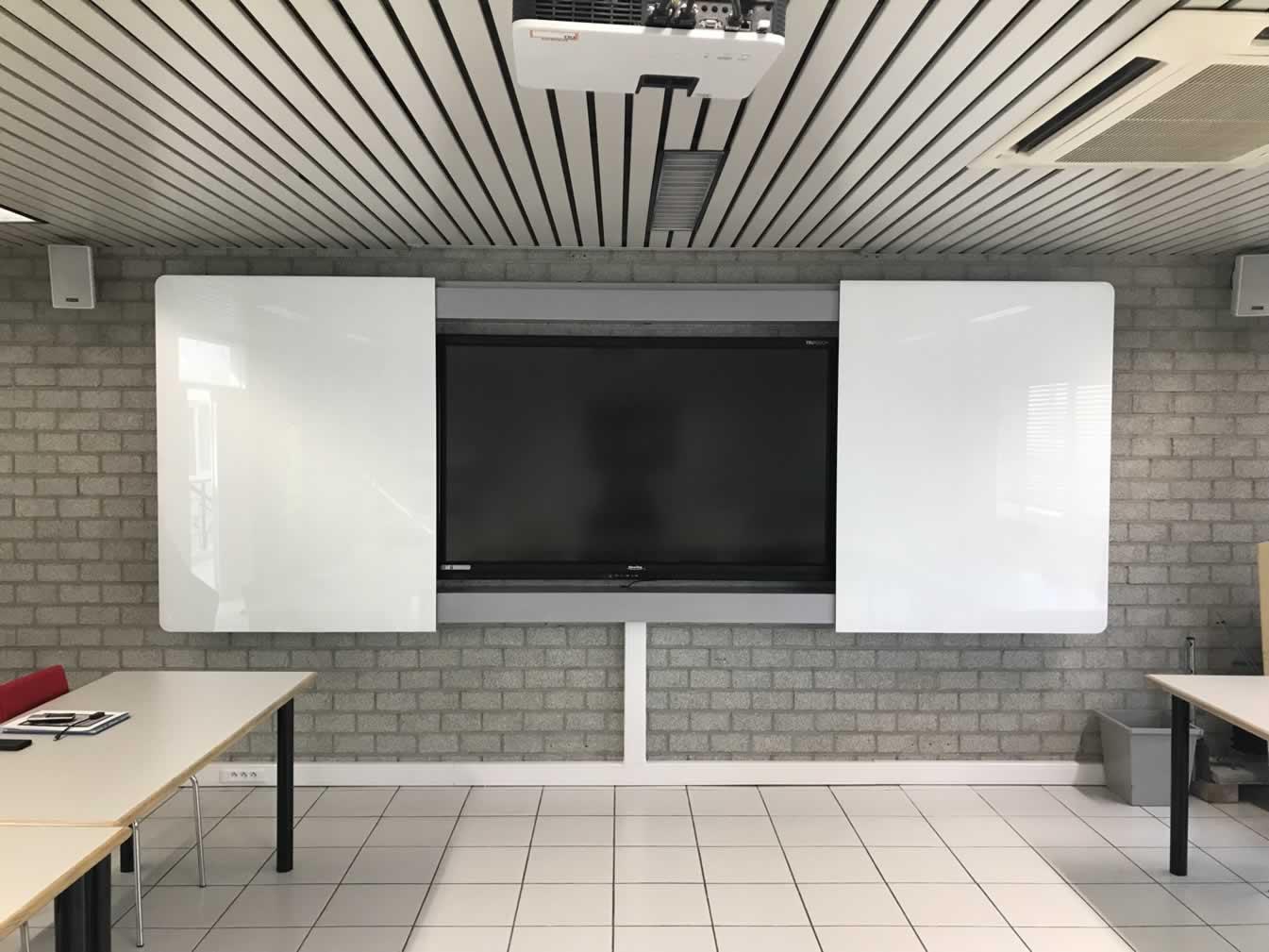 """Interactieve monitor (80"""") in elektrisch afsluitbaar kabinet met beschrijfbare panelen"""