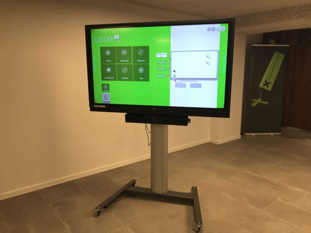 Multifunctionele presentatieruimte met interactieve touch monitor met all-in-one videoconferencing soundbar