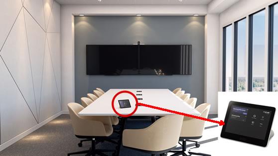 Microsoft Teams Rooms gecertificeerde oplossing in vergaderruimte met intelligente 4K camera voorzien van dubbele lens.