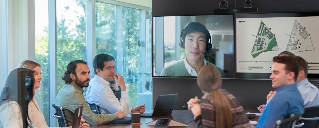 Microsoft Teams Rooms vergaderruimte met side-by-side presentatiemonitoren, speakerphone en 2 camera's