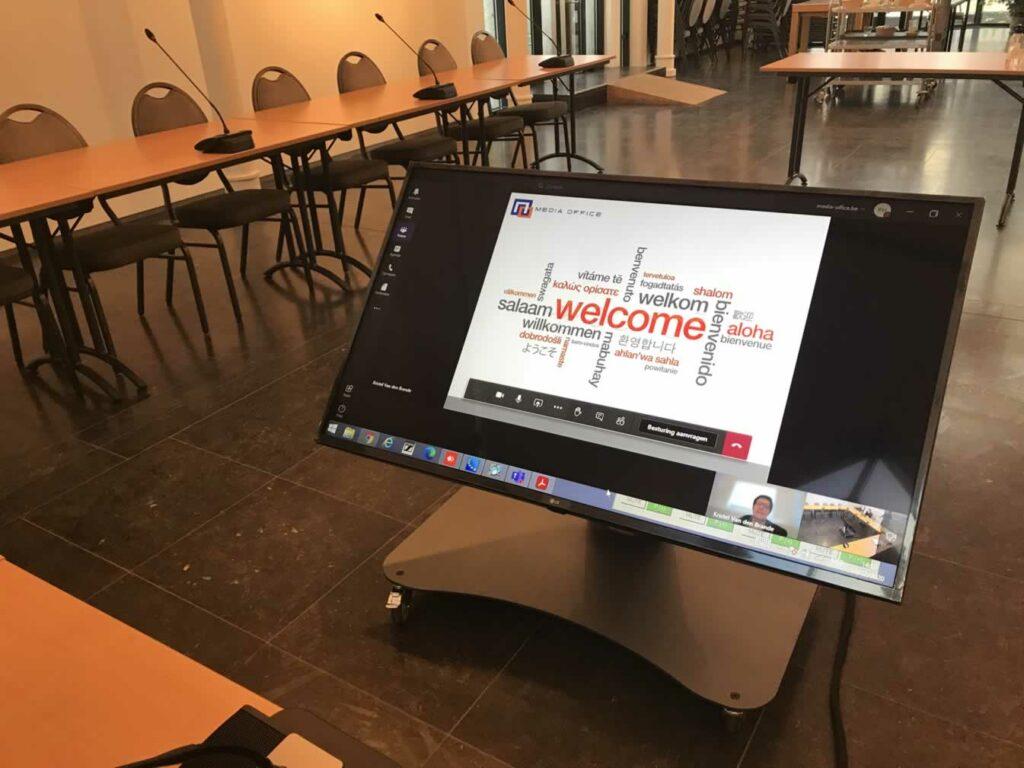 Digitale gemeenteraad met herhaalscherm