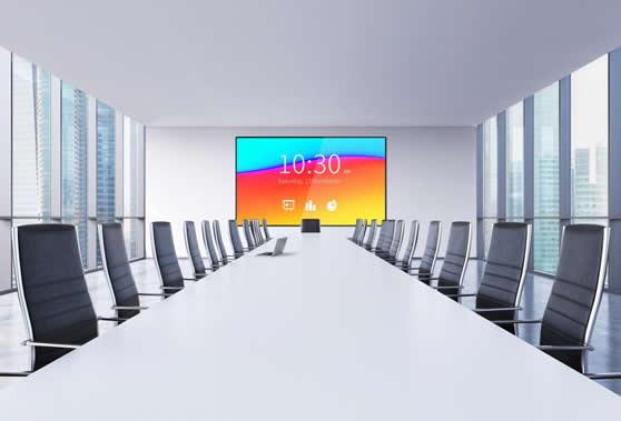 Moderne lichtrijke vergaderruimte met LED-scherm