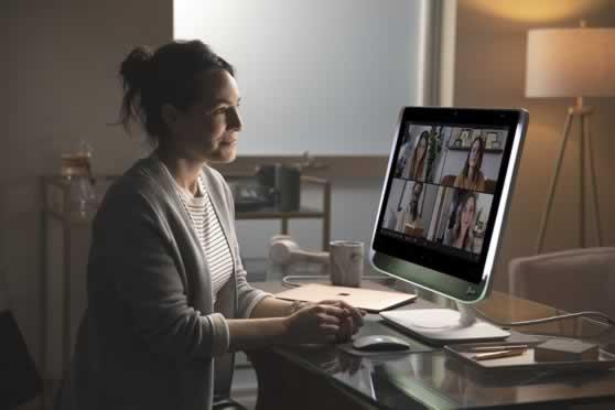 Thuiskantoor met een alles-in-één-videoconferencing-display