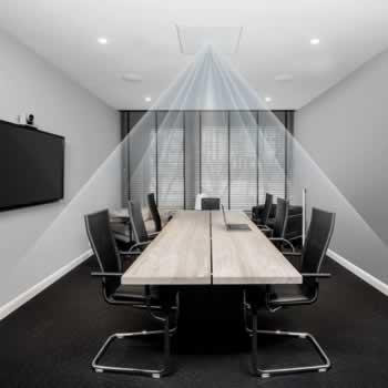 Een plafondmicrofoon integreert volledig in de boardroom en houdt de tafel vrij van microfoons.