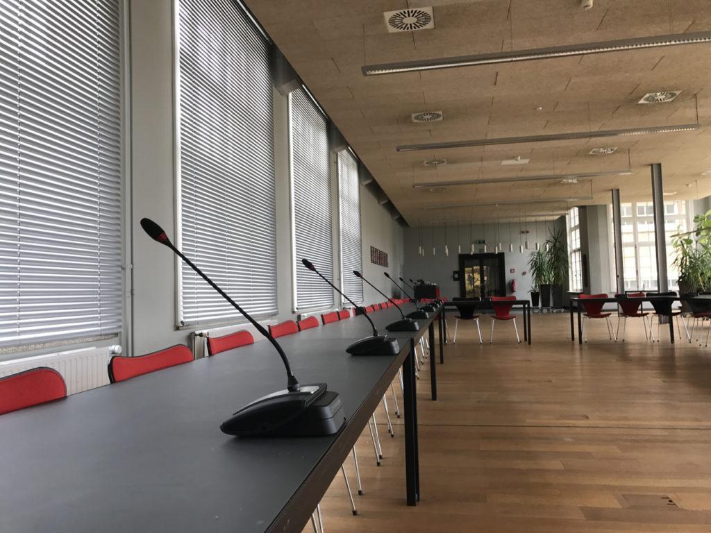 Polyvalente ruimte met mobiel conferentiesysteem