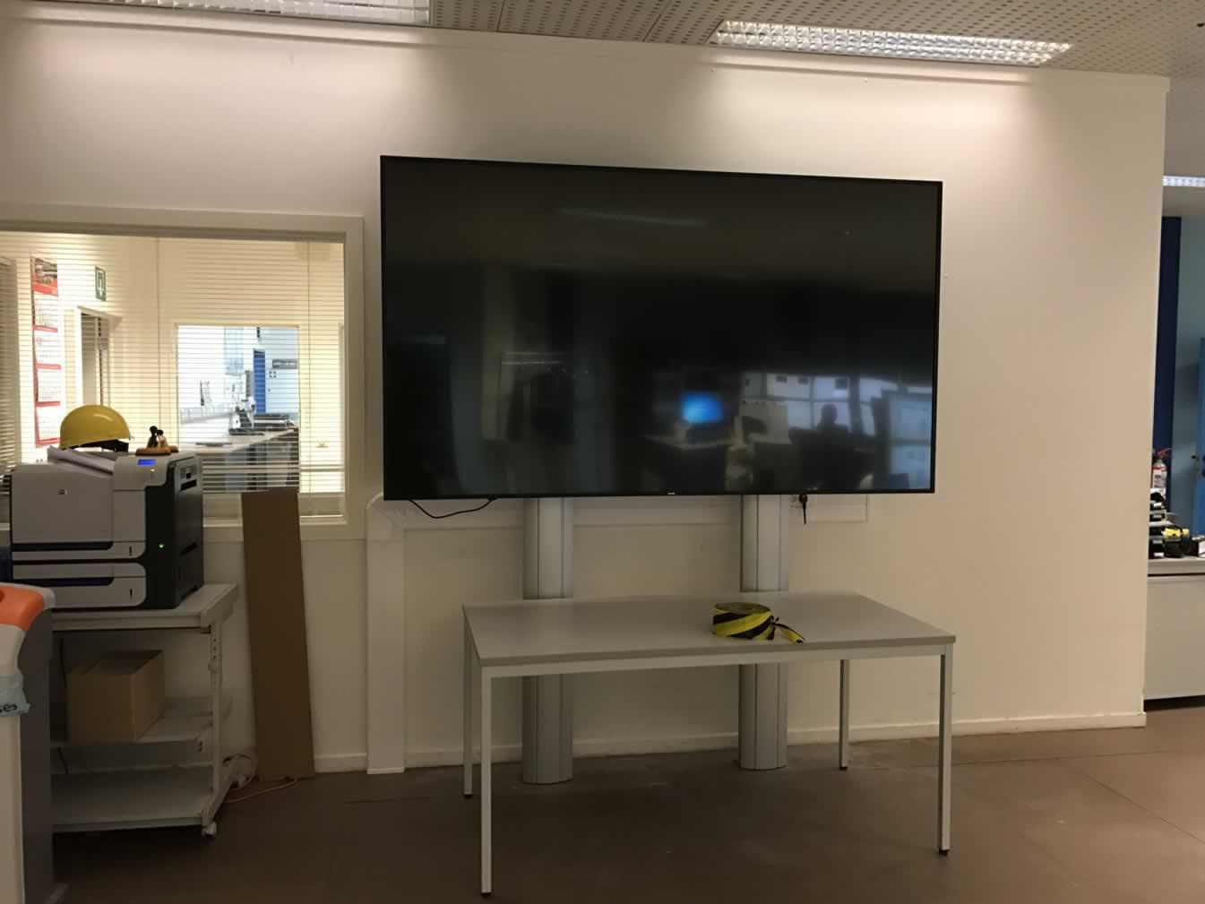 "98"" professionele monitor geïnstalleerd aan gyproc wand"