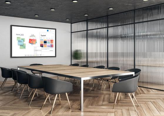Professionele presentatiemonitor in moderne vergaderruimte