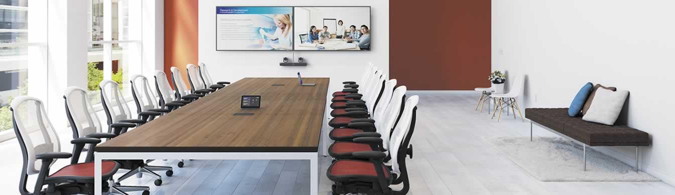 Boardroom met 2 presentatiemonitoren en 2 camera's voor videoconferentie