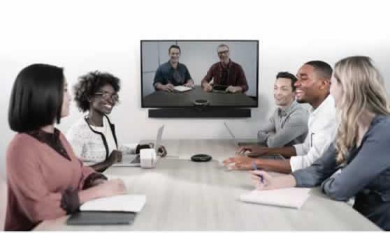 Gebruik van tafelmicrofoon tijdens videoconferentie.