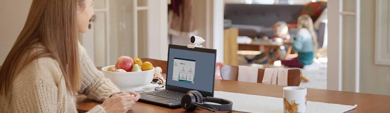 Thuiskantoor laptop met HQ exerne USB-camera en headset
