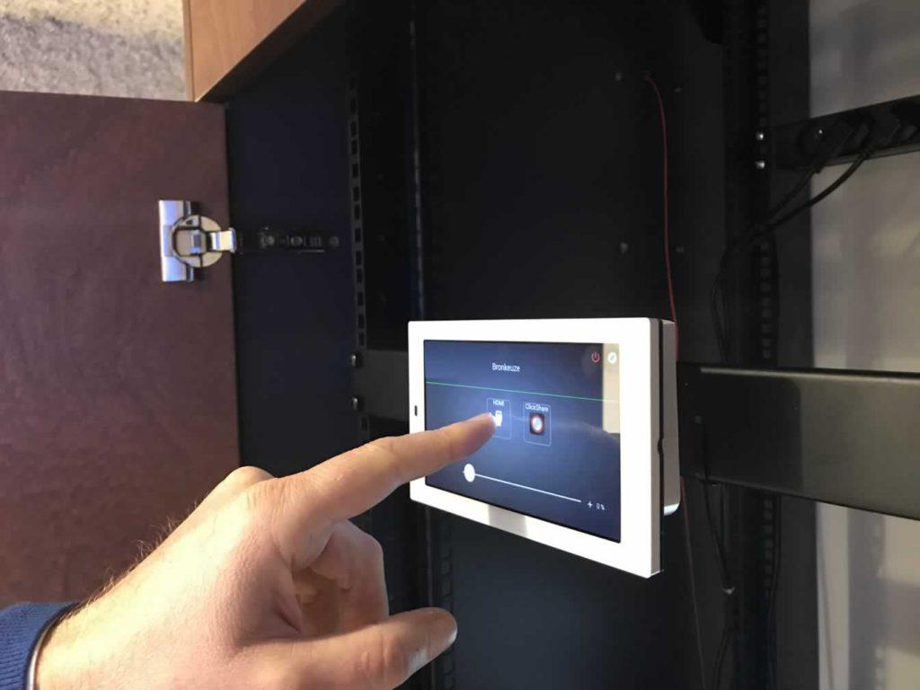Multifunctionele presentatieruimte met touch screen voor bediening van AV-installatie