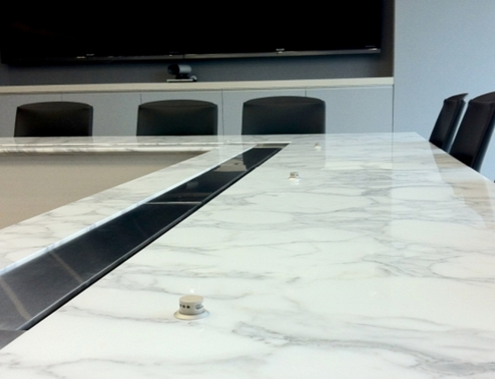 Microfoons ingebouwd in tafeloppervlak