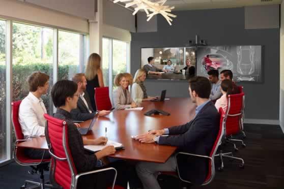 Videobellen in vergaderruimte met 2 presentatieschermen