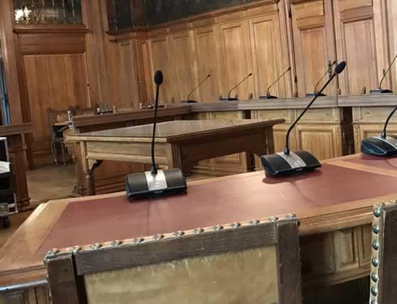Draadloze voorzitterpost en deelnemerspost mobiel conferentiesysteem in gemeenteraadzaal