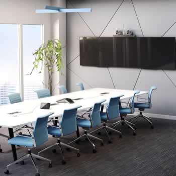 Digitaal vergaderen in boardroom met dubbel scherm en 2 intelligente camera's